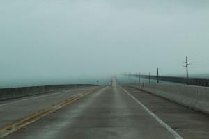 Die Seven Mile Bridge von tiefem Nebel umhüllt